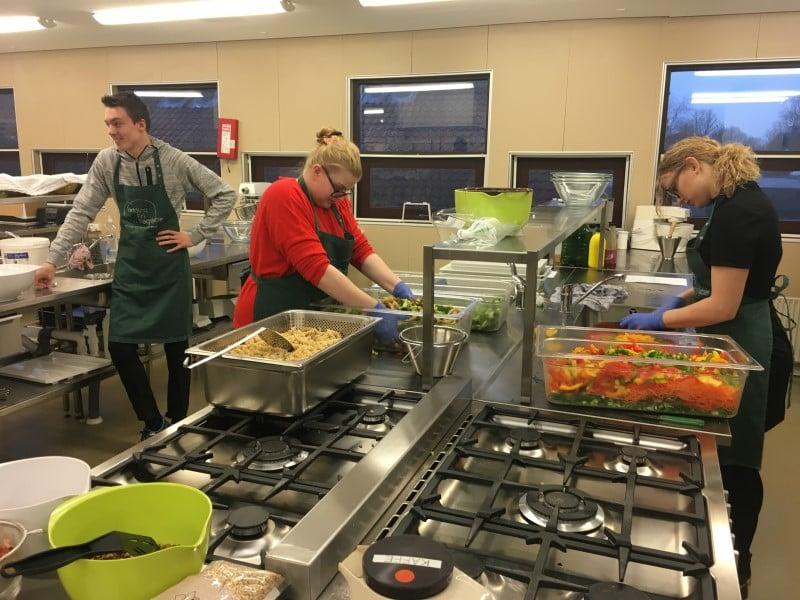 3 personer der laver mad