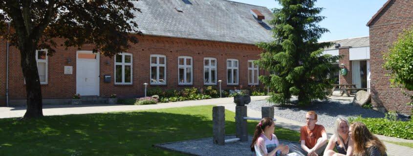 Elever foran skolen